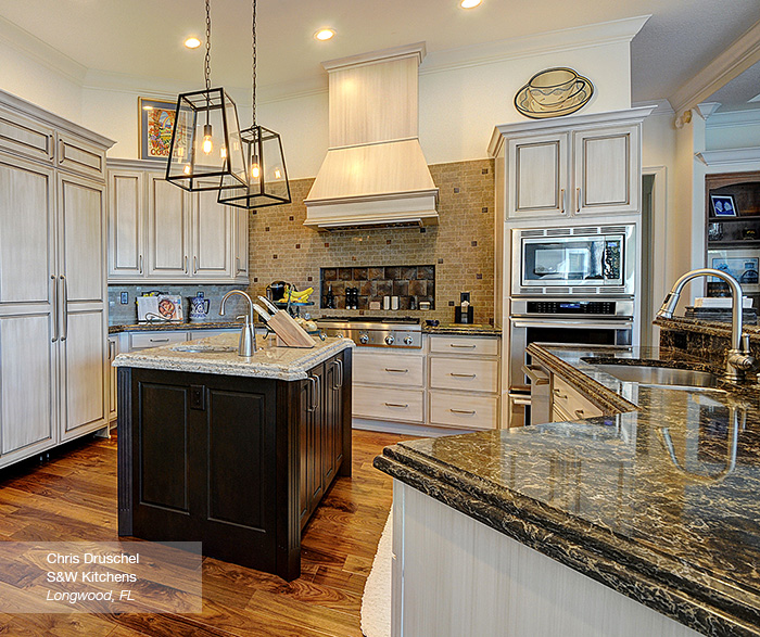 Contemporary Kitchen Cabinets Shaker: Off White Shaker Cabinets In A Contemporary Kitchen
